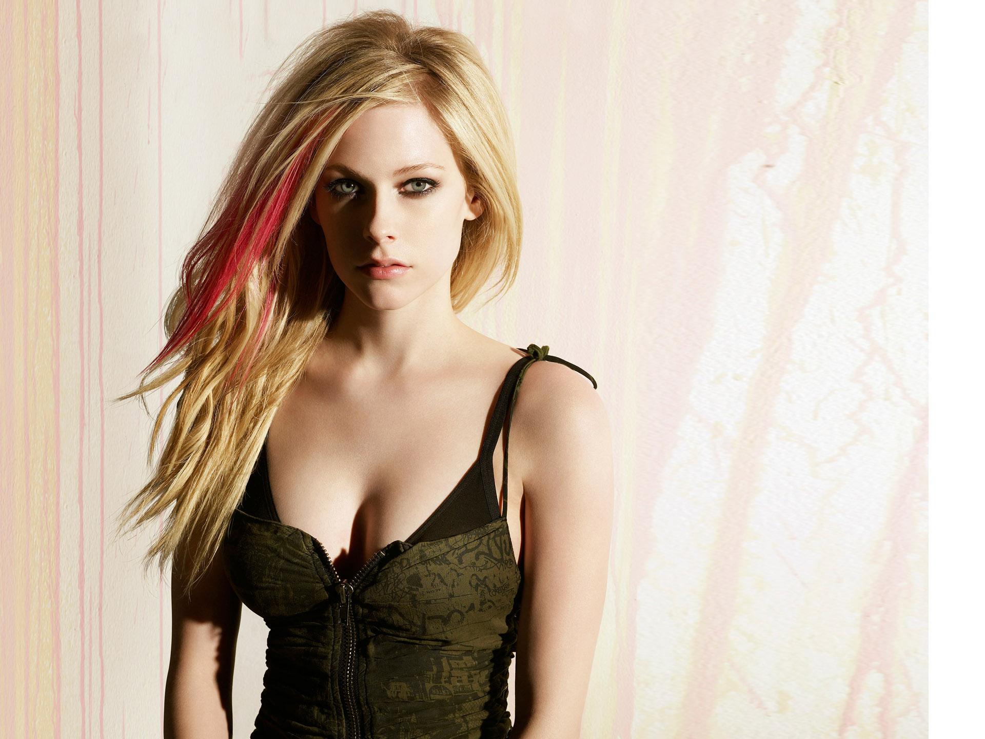 Avril Lavigne Wallpapers sexy hot black dress
