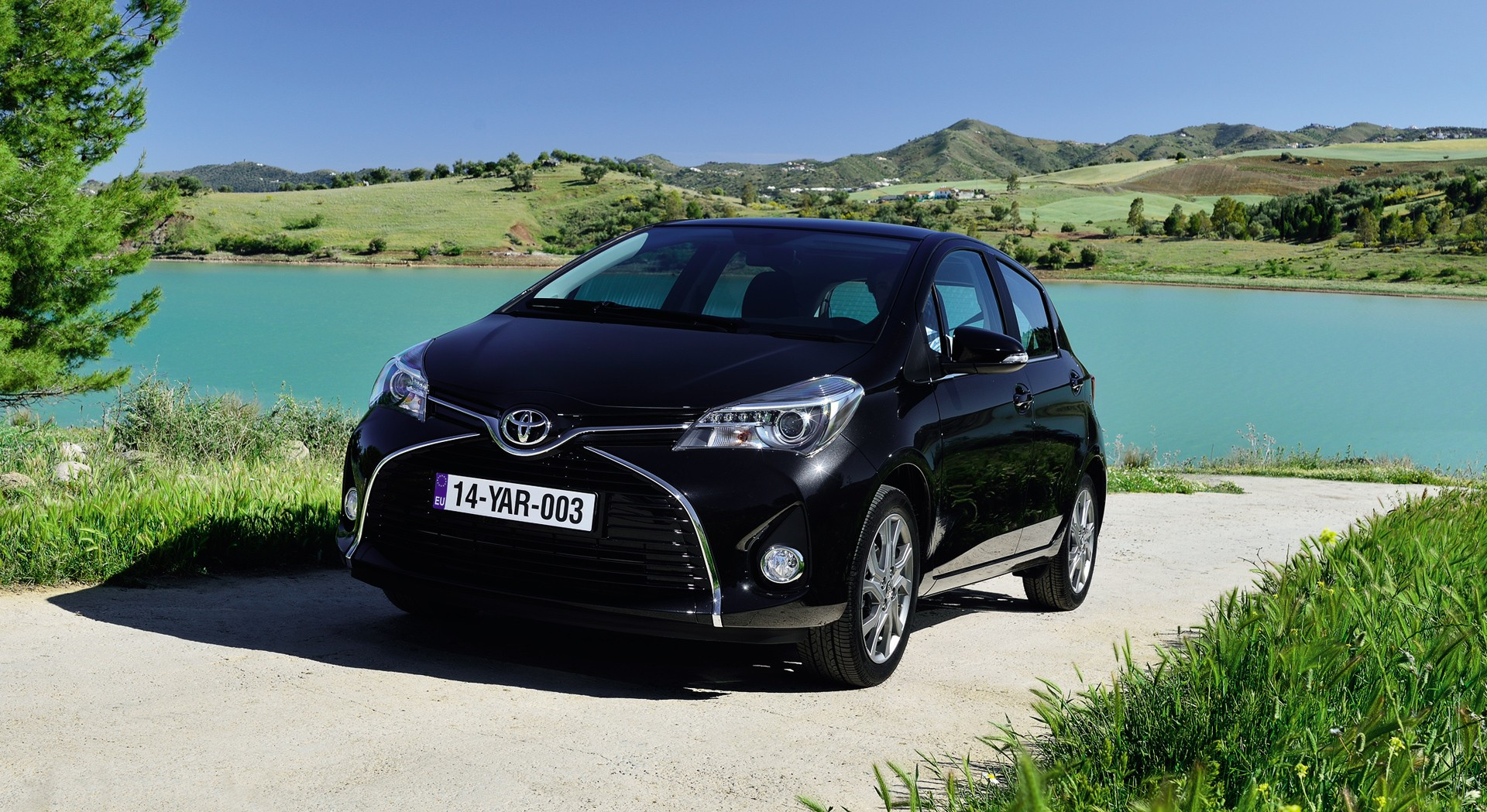 toyota yaris black nature