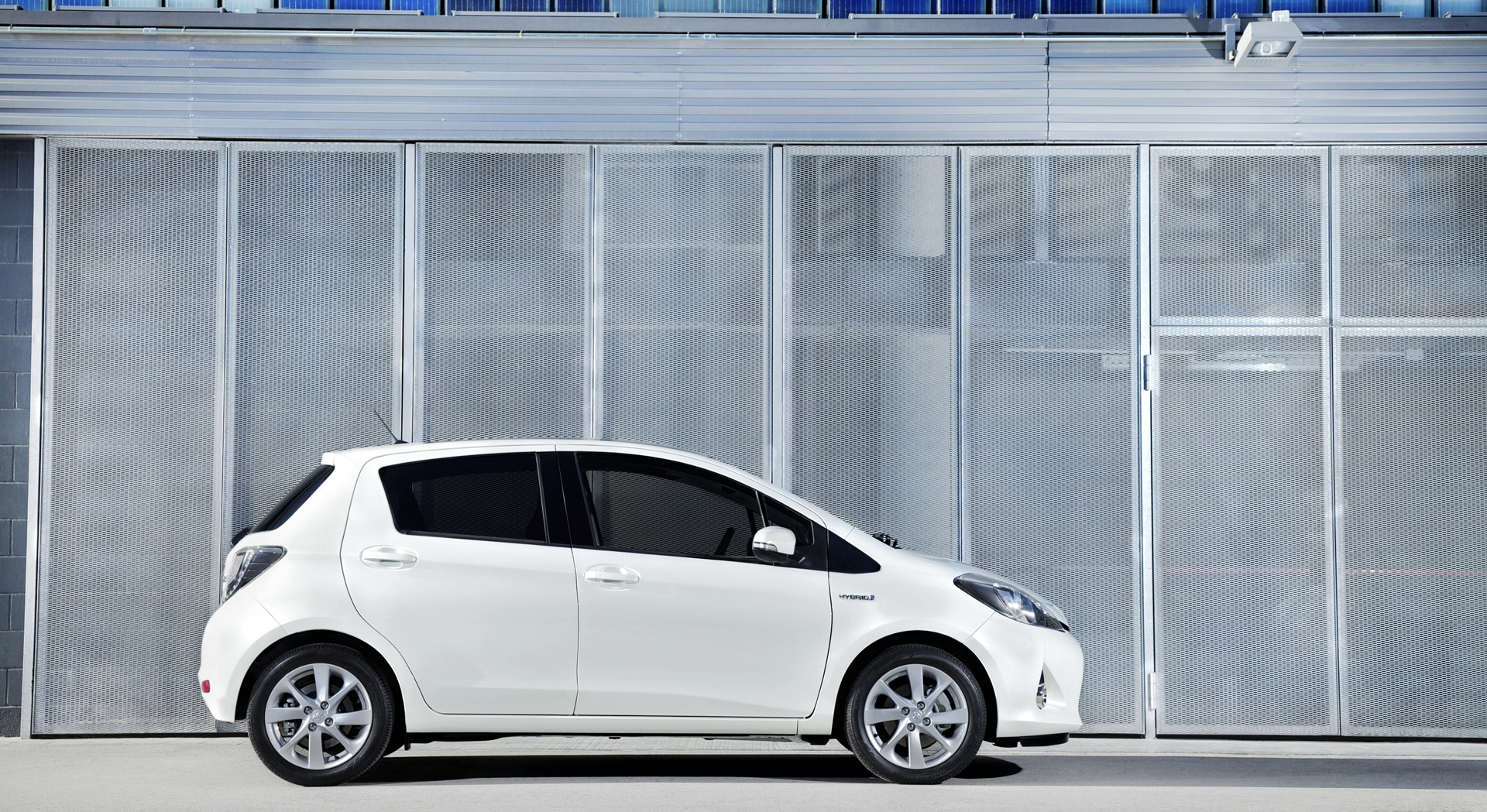 toyota yaris hybrid pictures