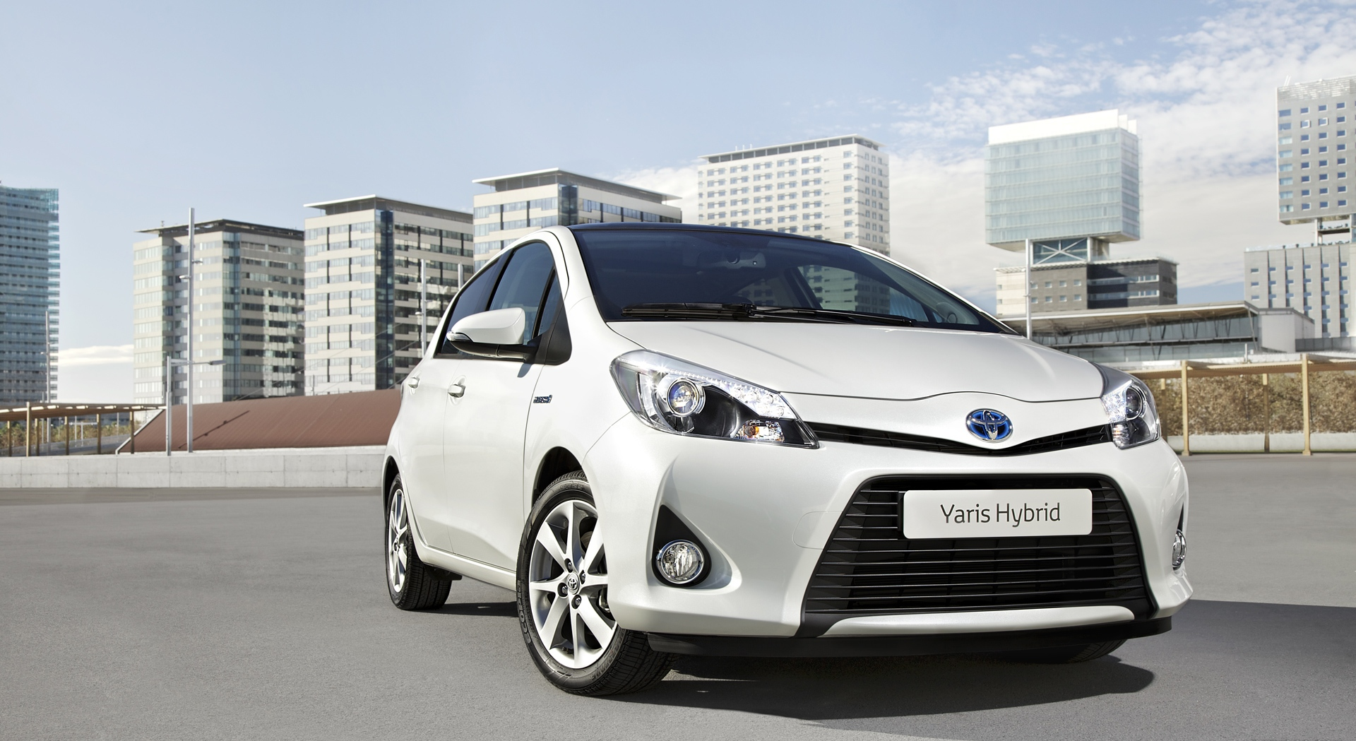 toyota yaris hybrid white pictures hd desktop wallpapers. Black Bedroom Furniture Sets. Home Design Ideas