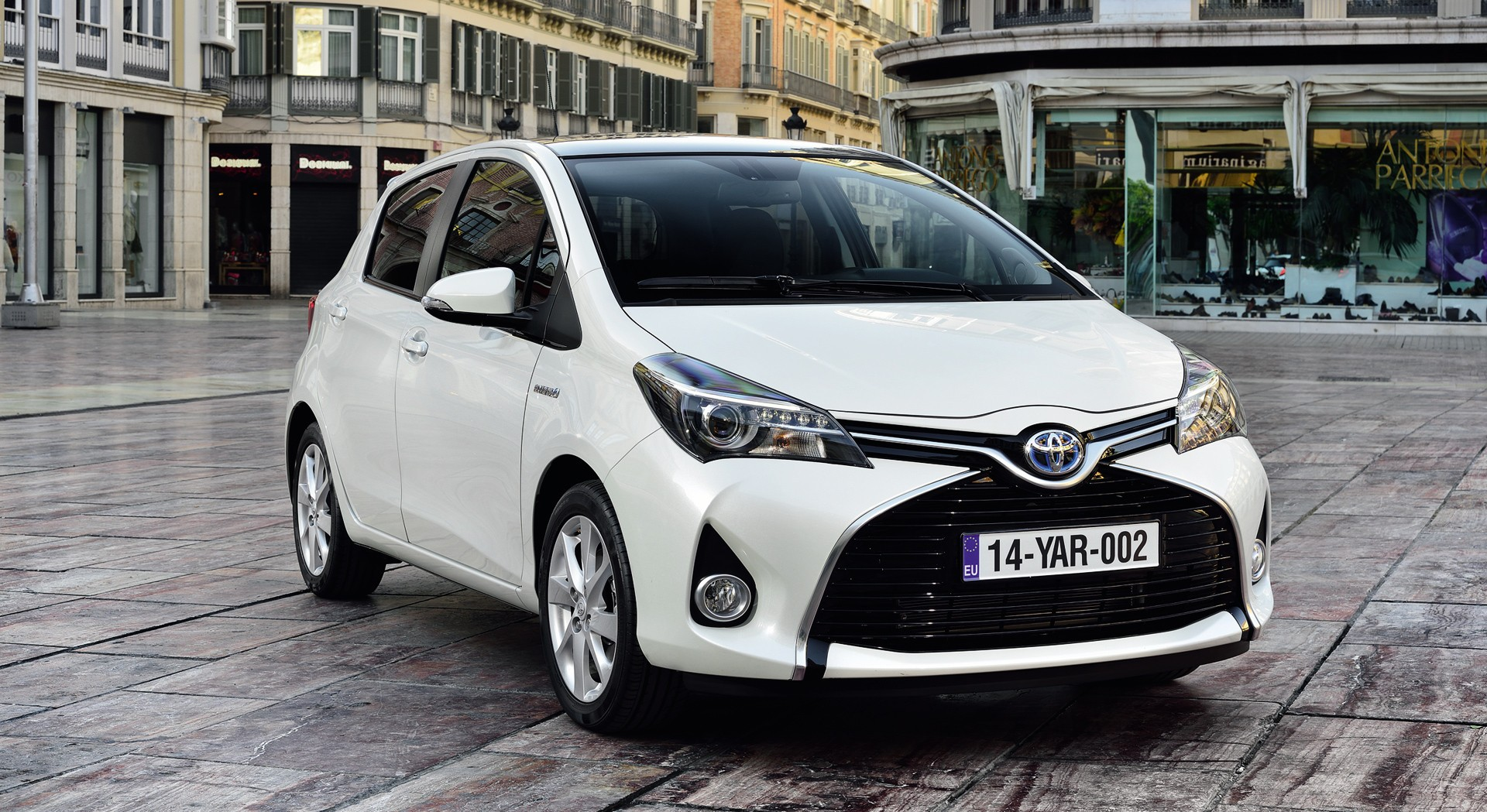 toyota yaris white wallpaper