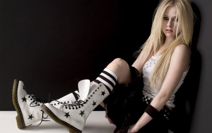 Avril Lavigne Wallpapers black and white